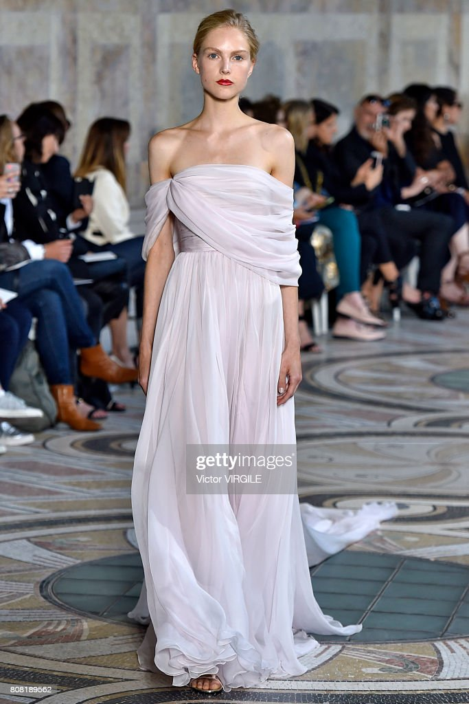 Giambattista Valli : Runway - Paris Fashion Week - Haute Couture Fall/Winter 2017-2018 : News Photo