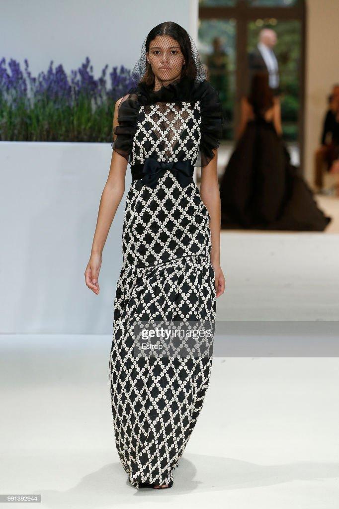 Giambattista Valli : Runway - Paris Fashion Week - Haute Couture Fall Winter 2018/2019 : ニュース写真