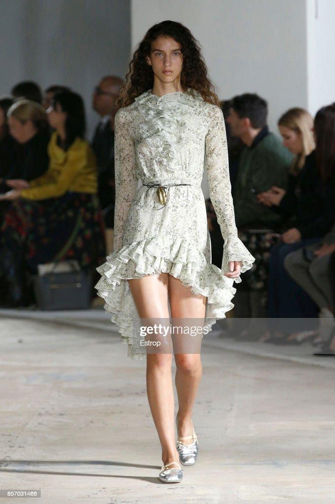 Giambattista Valli : Runway - Paris Fashion Week Womenswear Spring/Summer 2018 : ニュース写真