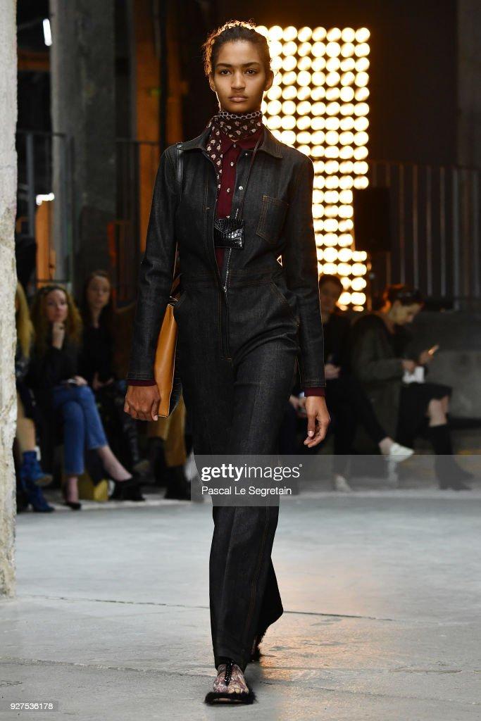 Giambattista Valli : Runway - Paris Fashion Week Womenswear Fall/Winter 2018/2019 : Fotografía de noticias