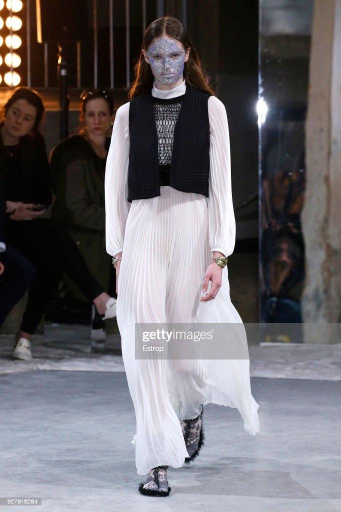 Giambattista Valli : Runway - Paris Fashion Week Womenswear Fall/Winter 2018/2019 : Nachrichtenfoto