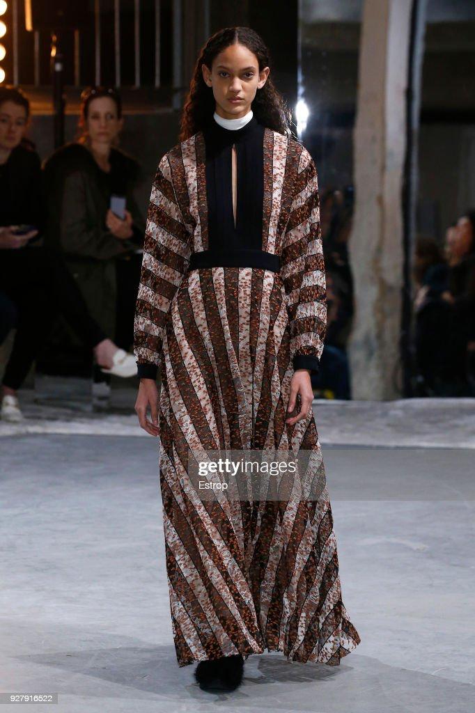 Giambattista Valli : Runway - Paris Fashion Week Womenswear Fall/Winter 2018/2019 : ニュース写真