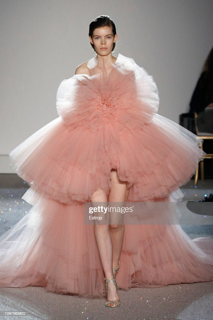 Giambattista Valli : Runway - Paris Fashion Week - Haute Couture Spring Summer 2019 : News Photo