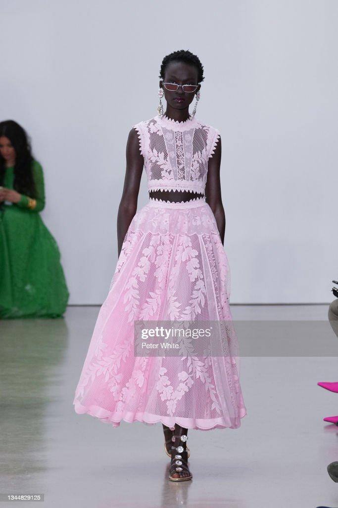 Giambattista Valli : Runway - Paris Fashion Week - Womenswear Spring Summer 2022 : Photo d'actualité