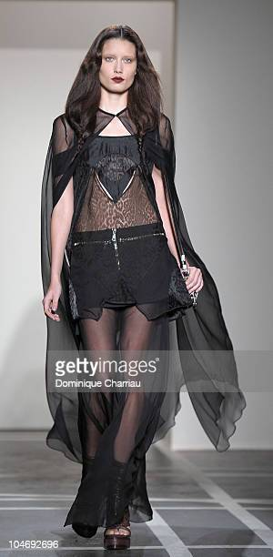 Givenchy Fashion Show – Spring / Summer 2010