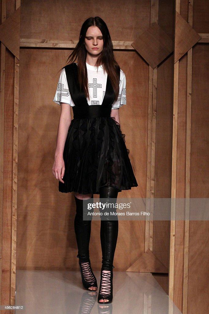 Givenchy : Runway - Paris Fashion Week Womenswear Spring/Summer 2015 : News Photo