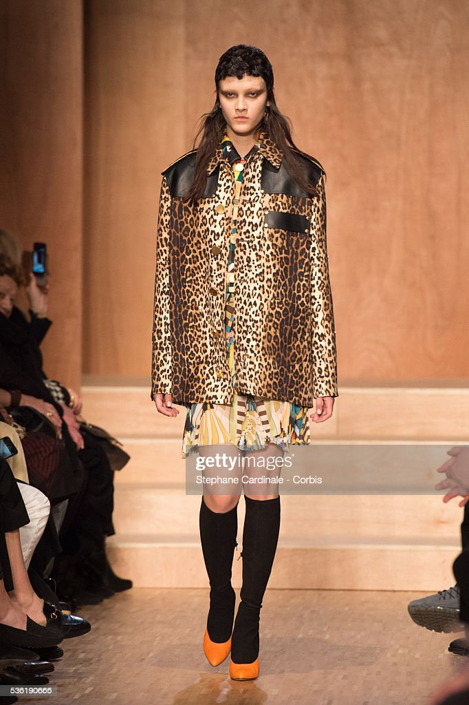 France - Givenchy: Runway - Paris Fashion Week Womenswear Fall/Winter 2016/2017 : News Photo