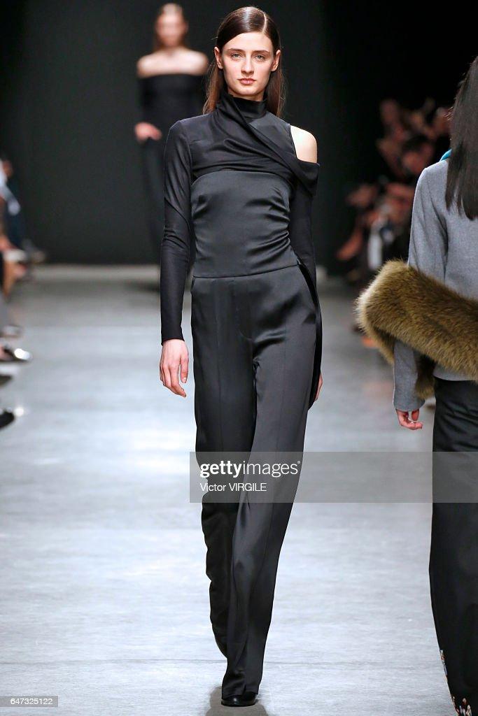 Guy Laroche : Runway - Paris Fashion Week Womenswear Fall/Winter 2017/2018 : News Photo