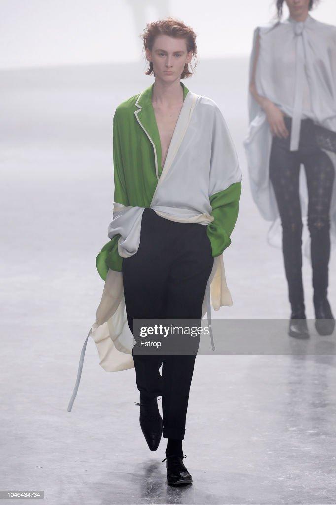 Haider Ackermann : Runway - Paris Fashion Week Womenswear Spring/Summer 2019 : Nachrichtenfoto