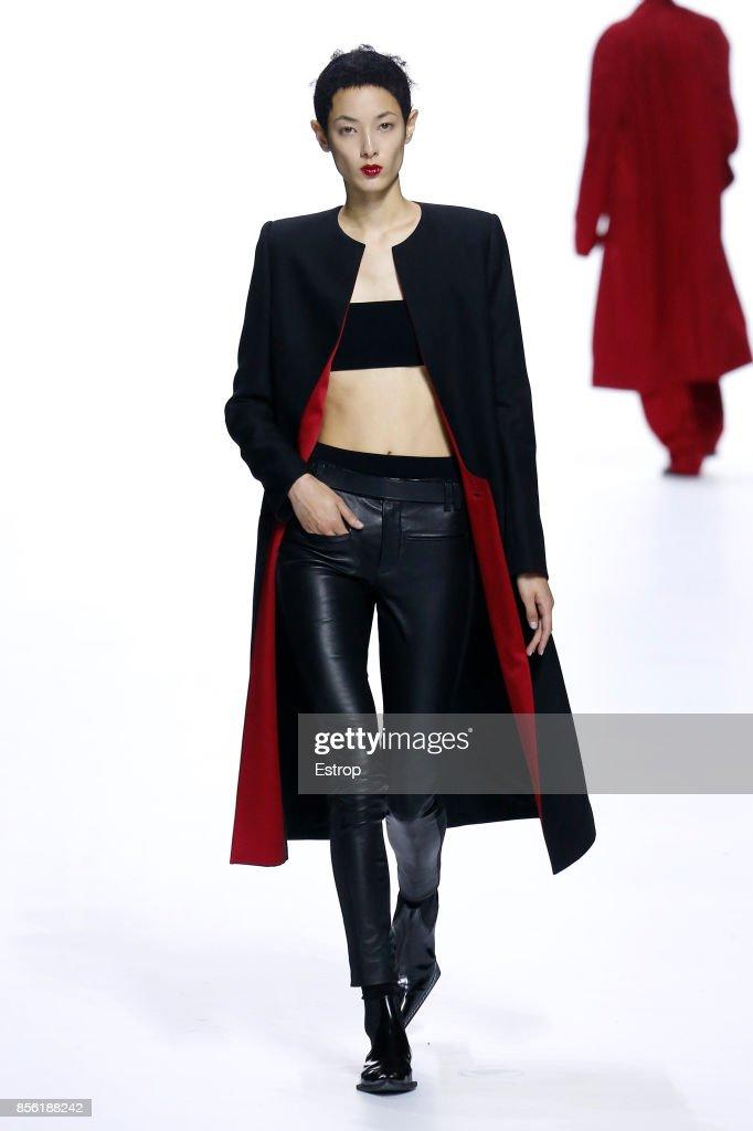 Haider Ackermann : Runway - Paris  Fashion Week Womenswear Spring/Summer 2018 : ニュース写真