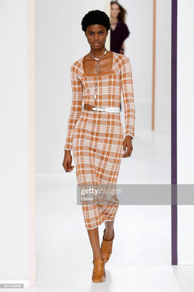 Hermes : Runway - Paris Fashion Week Womenswear Spring/Summer 2018 : ニュース写真