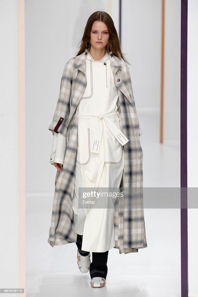 Hermes : Runway - Paris Fashion Week Womenswear Spring/Summer 2018 : News Photo