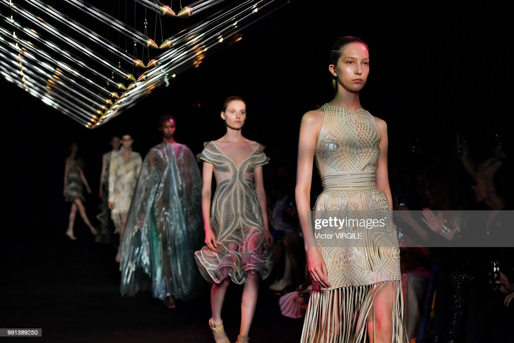 Iris Van Herpen : Runway - Paris Fashion Week - Haute Couture Fall Winter 2018/2019 : ニュース写真