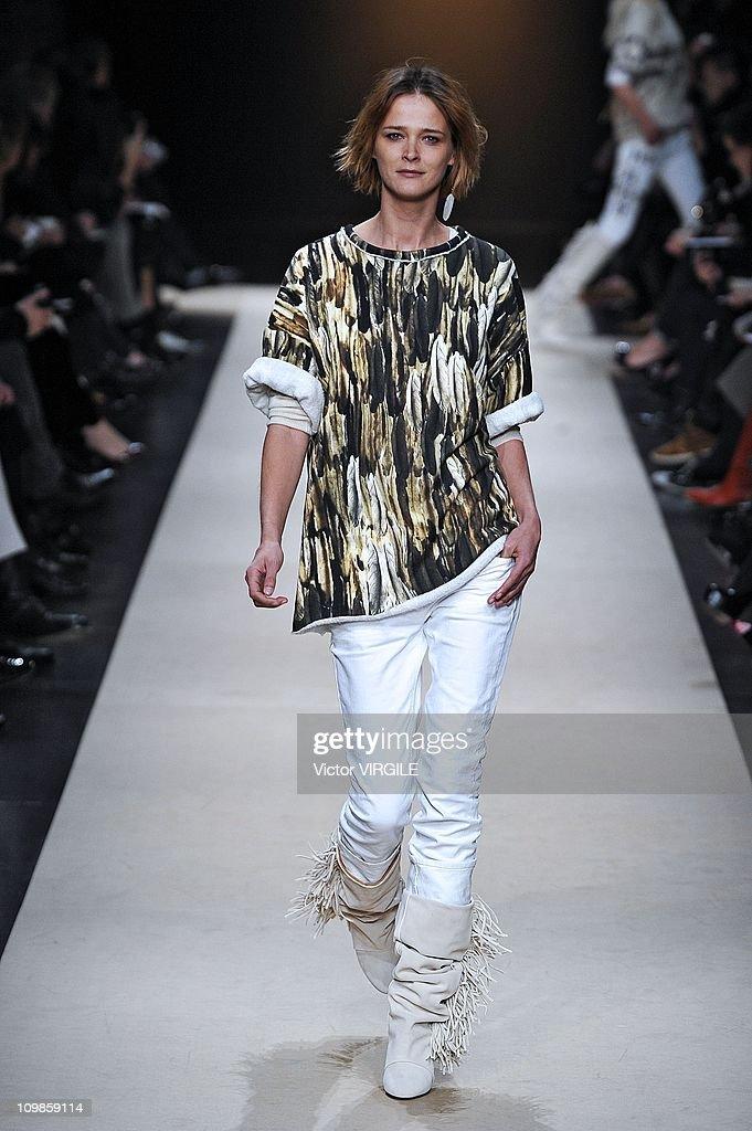 b85e9544673 Isabel Marant Runway- Fall/Winter 2011 Paris Fashion Week : News Photo