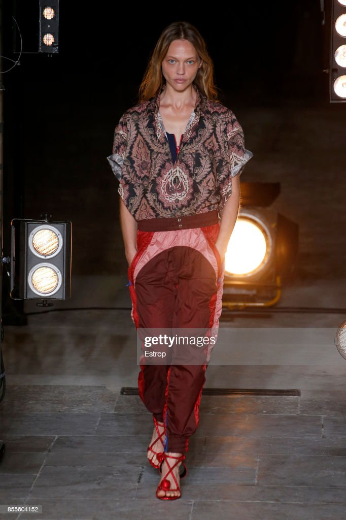 Isabel Marant : Runway - Paris Fashion Week Womenswear Spring/Summer 2018 : ニュース写真