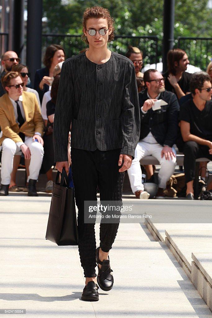 Issey Miyake Men : Runway - Paris Fashion Week - Menswear Spring/Summer 2017 : Nachrichtenfoto