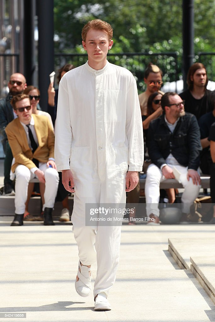 Issey Miyake Men : Runway - Paris Fashion Week - Menswear Spring/Summer 2017 : News Photo