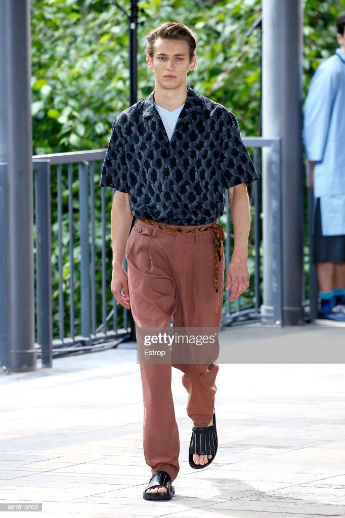 Issey Miyake: Runway - Paris Fashion Week - Menswear Spring/Summer 2019 : ニュース写真