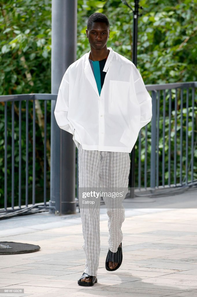Issey Miyake: Runway - Paris Fashion Week - Menswear Spring/Summer 2019 : Nachrichtenfoto
