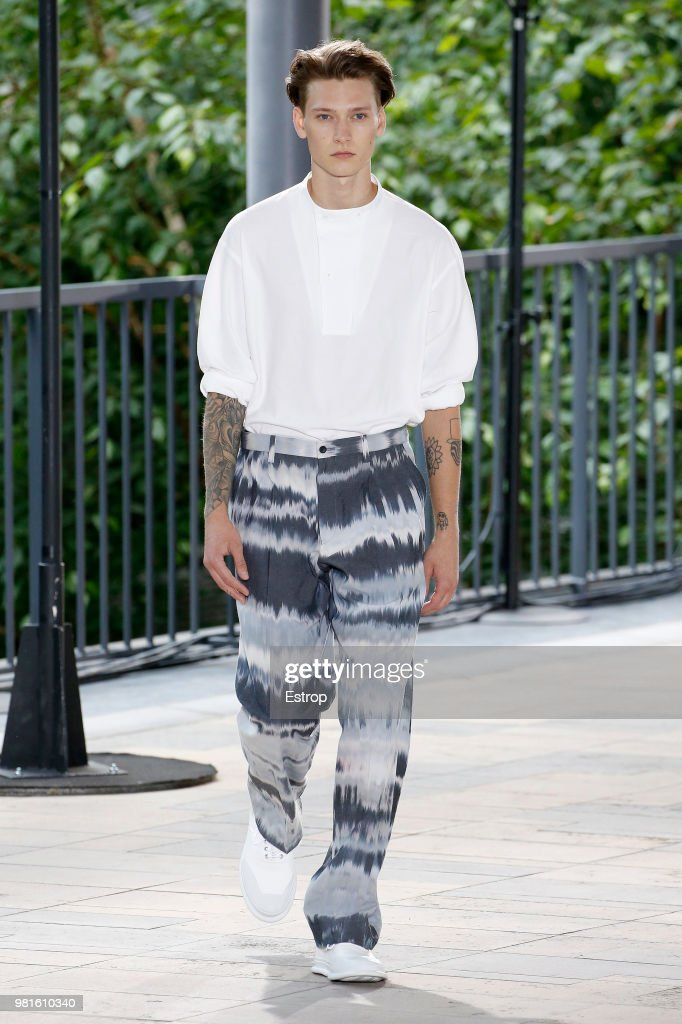 Issey Miyake: Runway - Paris Fashion Week - Menswear Spring/Summer 2019 : ニュース写真