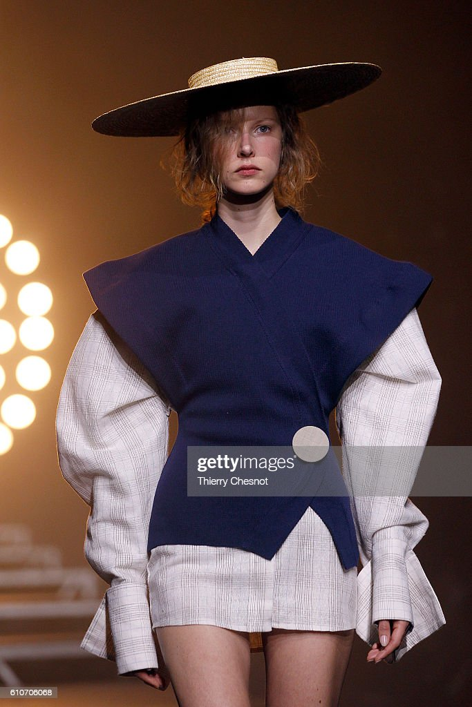 Jacquemus : Runway - Paris Fashion Week Womenswear Spring/Summer 2017 : Fotografía de noticias