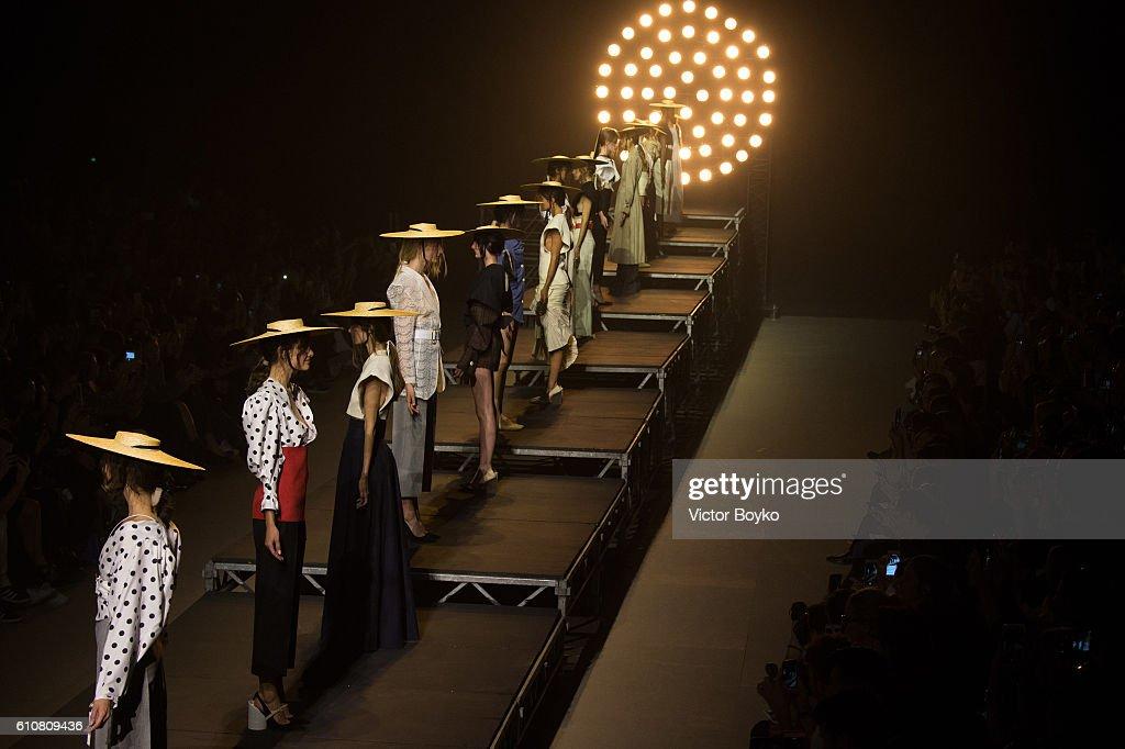 Jacquemus : Runway - Paris Fashion Week Womenswear Spring/Summer 2017 : News Photo