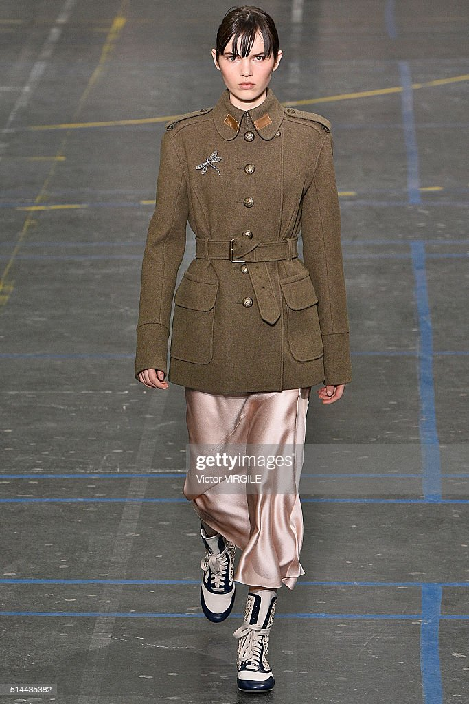 John Galliano : Runway - Paris Fashion Week Womenswear Fall/Winter 2016/2017 : News Photo