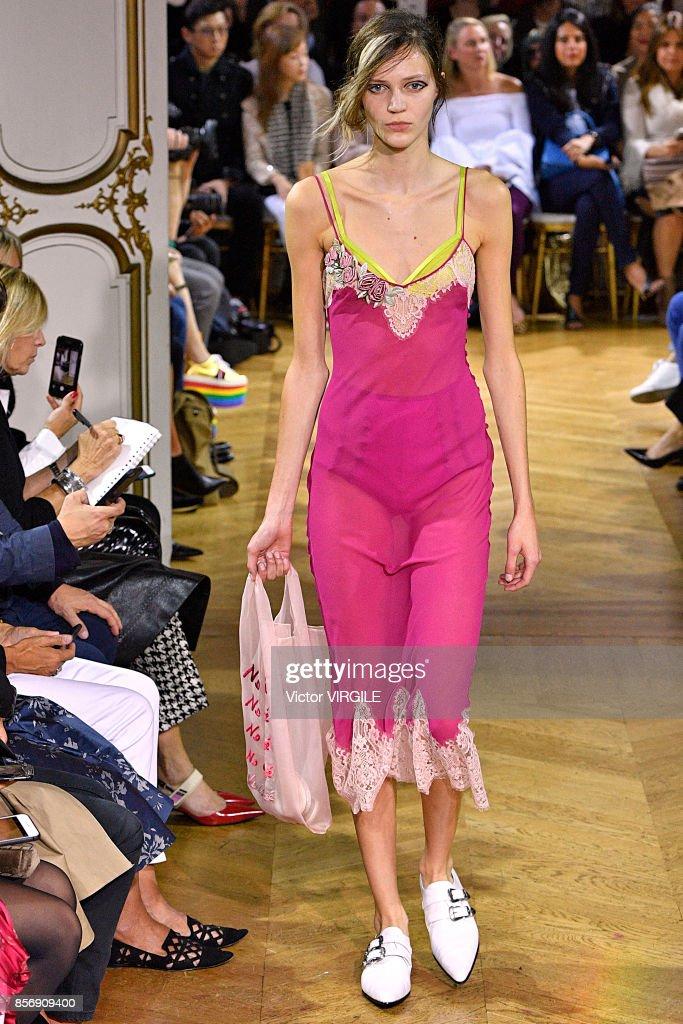 John Galliano : Runway - Paris Fashion Week Womenswear Spring/Summer 2018 : ニュース写真