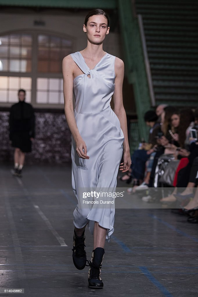 John Galliano : Runway - Paris Fashion Week Womenswear Fall/Winter 2016/2017 : News Photo