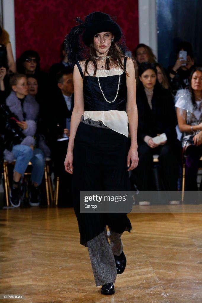 John Galliano : Runway - Paris Fashion Week Womenswear Fall/Winter 2018/2019 : ニュース写真