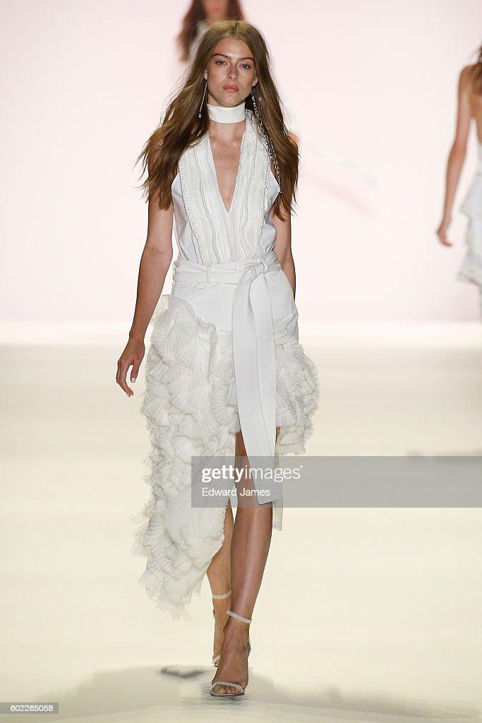 Jonathan Simkhai - Runway - September 2016 New York Fashion Week: The Shows : News Photo