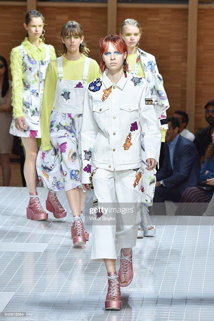 Kenzo : Runway - Paris Fashion Week - Menswear Spring/Summer 2017 : Nachrichtenfoto