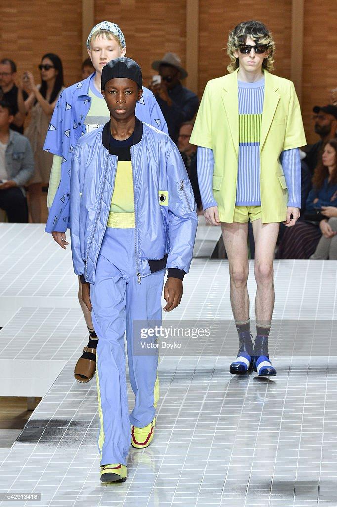 Kenzo : Runway - Paris Fashion Week - Menswear Spring/Summer 2017 : News Photo