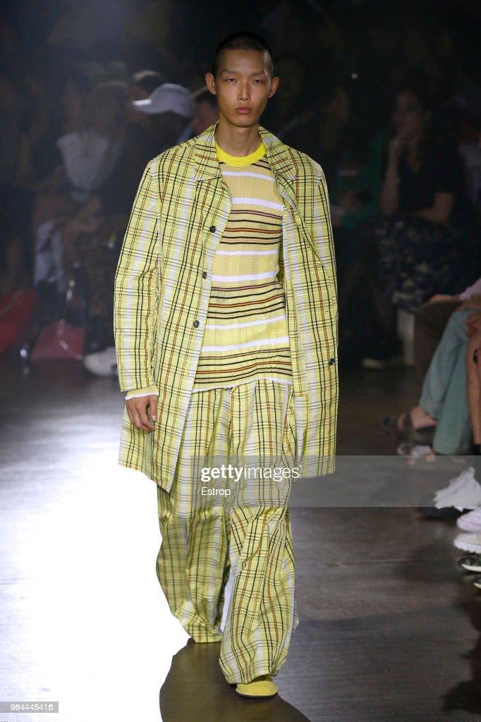 Kenzo: Runway - Paris Fashion Week - Menswear Spring/Summer 2019 : Nachrichtenfoto