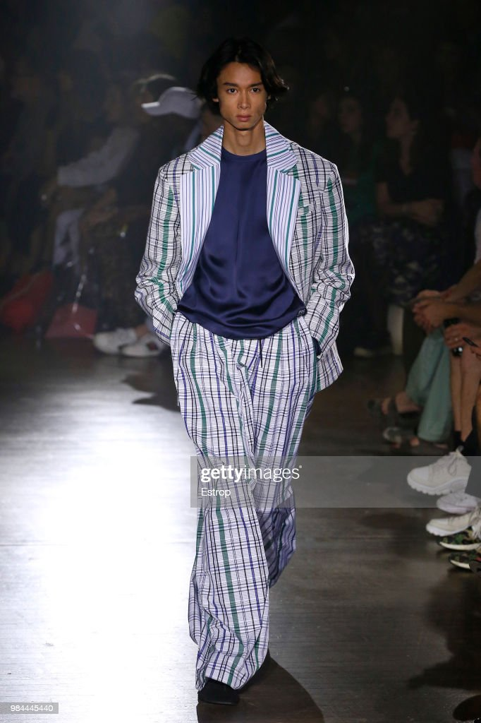 Kenzo: Runway - Paris Fashion Week - Menswear Spring/Summer 2019 : Nachrichtenfoto