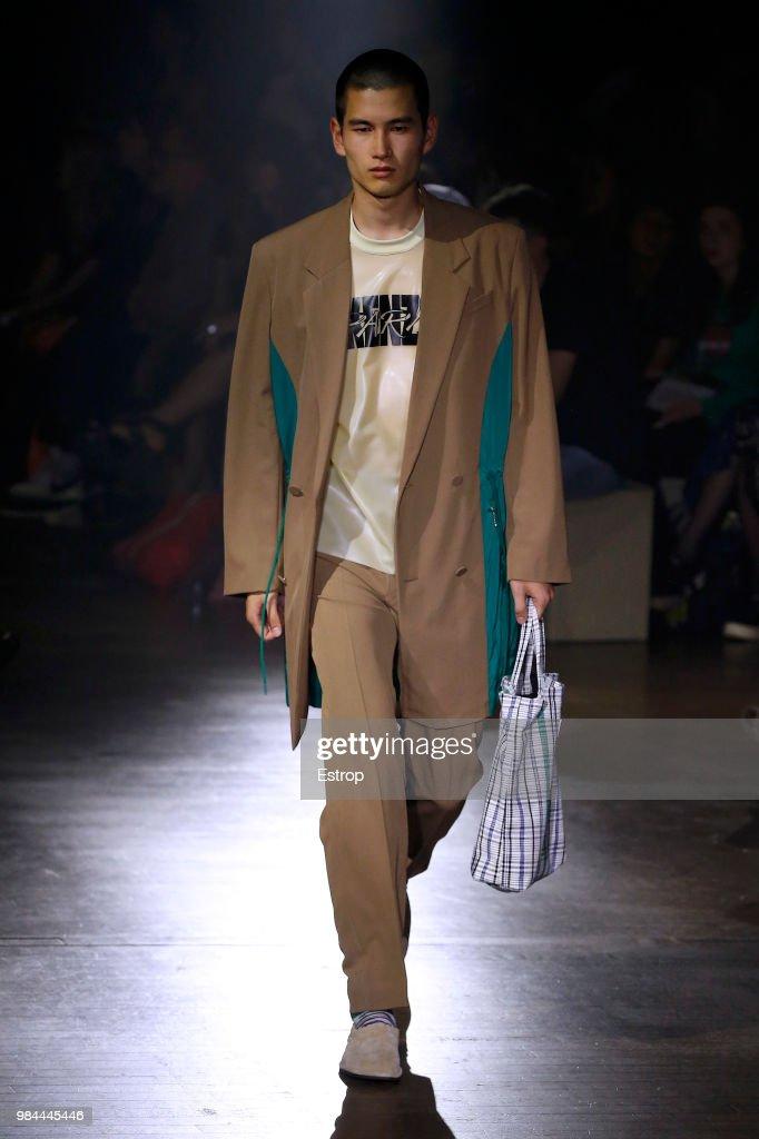 Kenzo: Runway - Paris Fashion Week - Menswear Spring/Summer 2019 : Fotografia de notícias