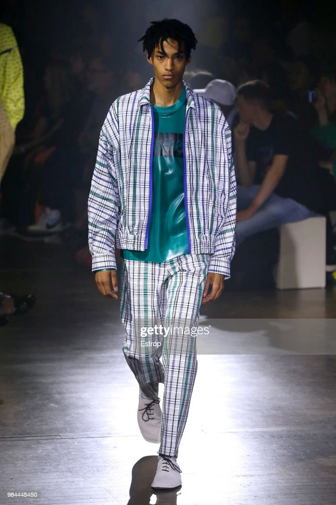 Kenzo: Runway - Paris Fashion Week - Menswear Spring/Summer 2019 : Fotografía de noticias