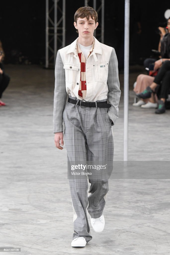 Lanvin : Runway - Paris Fashion Week - Menswear Spring/Summer 2018 : ニュース写真
