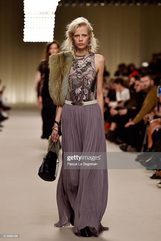 Lanvin : Runway - Paris Fashion Week Womenswear Fall/Winter 2016/2017 : News Photo