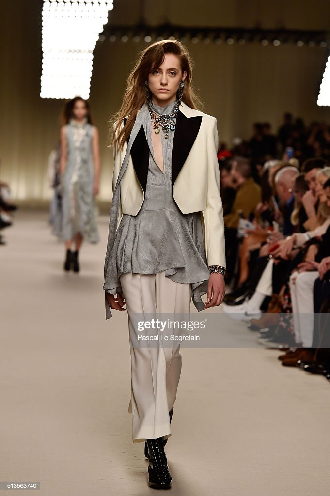 Lanvin : Runway - Paris Fashion Week Womenswear Fall/Winter 2016/2017 : News Photo