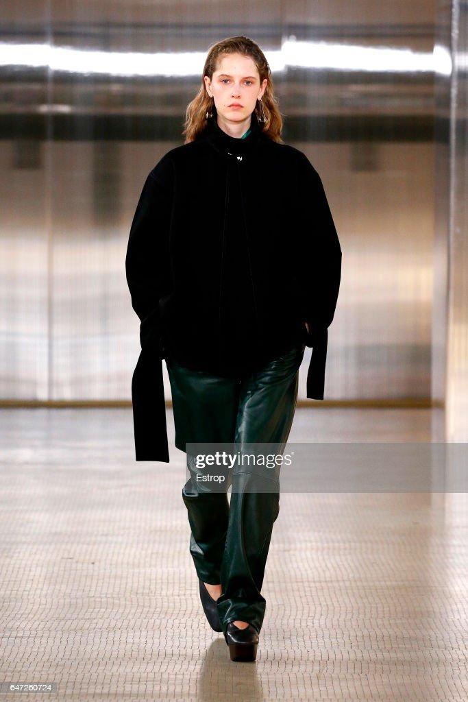 Lemaire: Runway - Paris Fashion Week Womenswear Fall/Winter 2017/2018 : News Photo