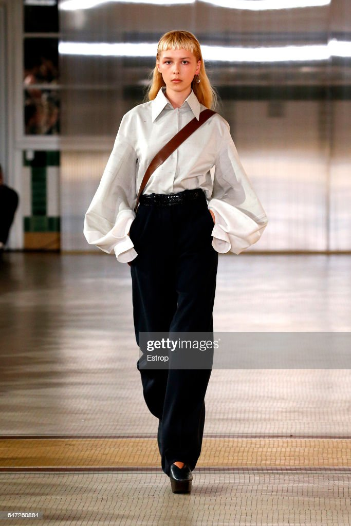 Lemaire: Runway - Paris Fashion Week Womenswear Fall/Winter 2017/2018 : ニュース写真