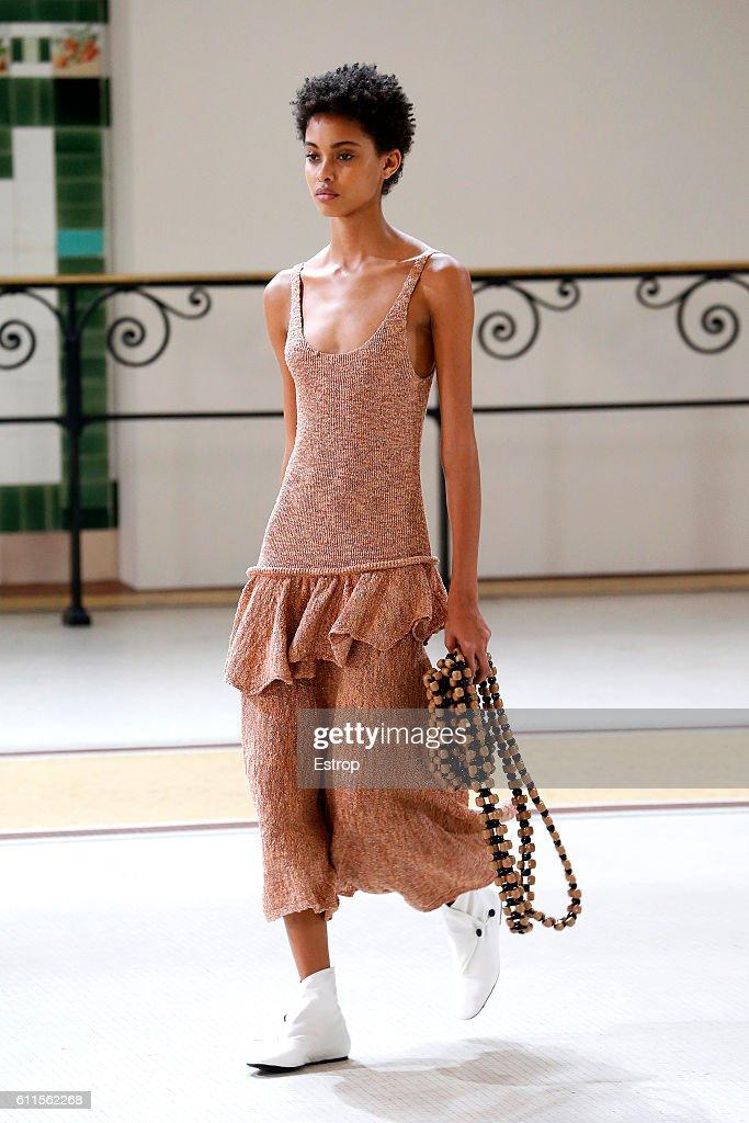 Lemaire : Runway - Paris Fashion Week Womenswear Spring/Summer 2017 : ニュース写真