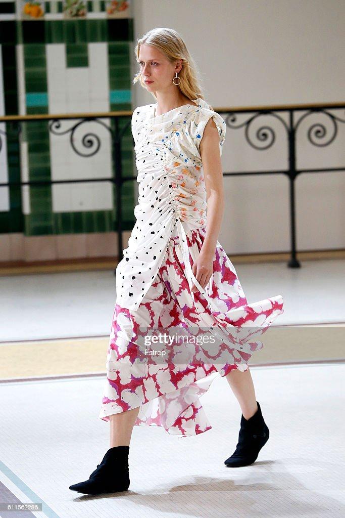 Lemaire : Runway - Paris Fashion Week Womenswear Spring/Summer 2017 : News Photo