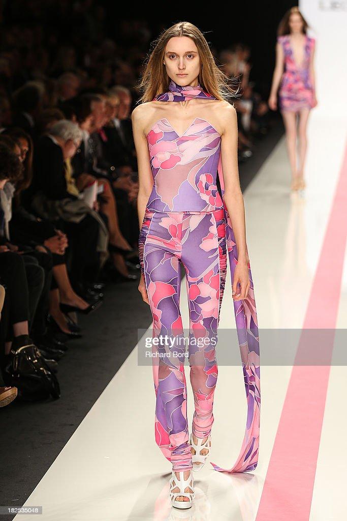 Leonard : Runway - Paris Fashion Week Womenswear  Spring/Summer 2014 : Nachrichtenfoto