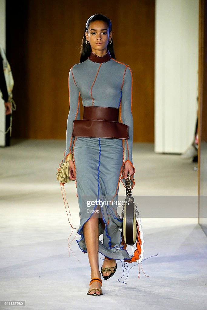 Loewe : Runway - Paris Fashion Week Womenswear Spring/Summer 2017 : News Photo