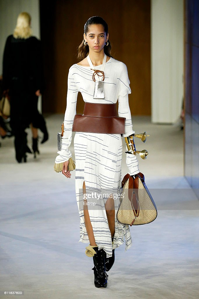 Loewe : Runway - Paris Fashion Week Womenswear Spring/Summer 2017 : News Photo