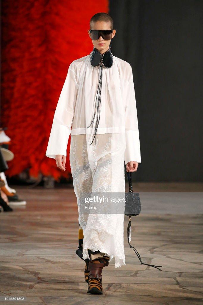 Loewe : Runway - Paris Fashion Week Womenswear Spring/Summer 2019 : ニュース写真