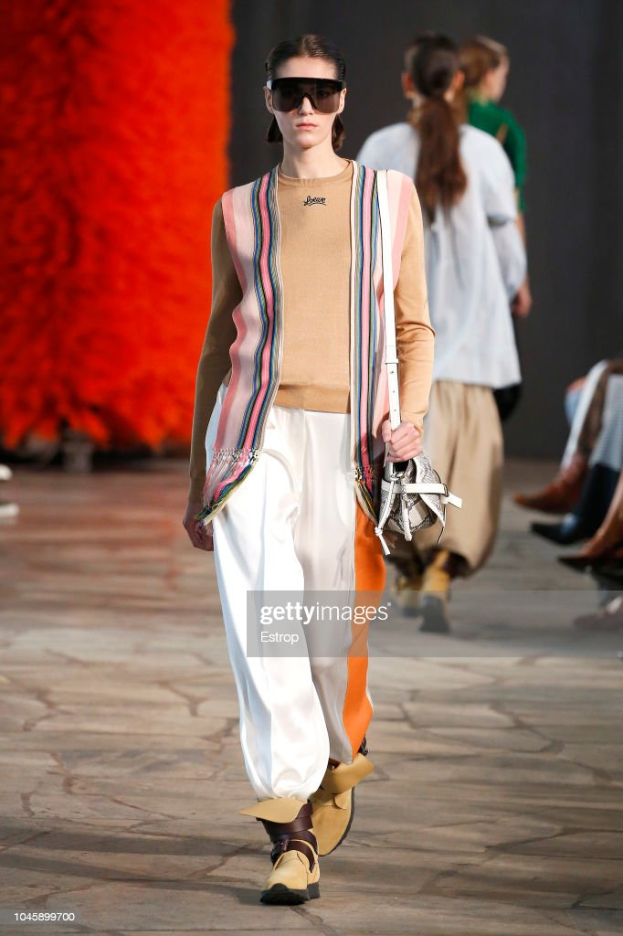 Loewe : Runway - Paris Fashion Week Womenswear Spring/Summer 2019 : News Photo