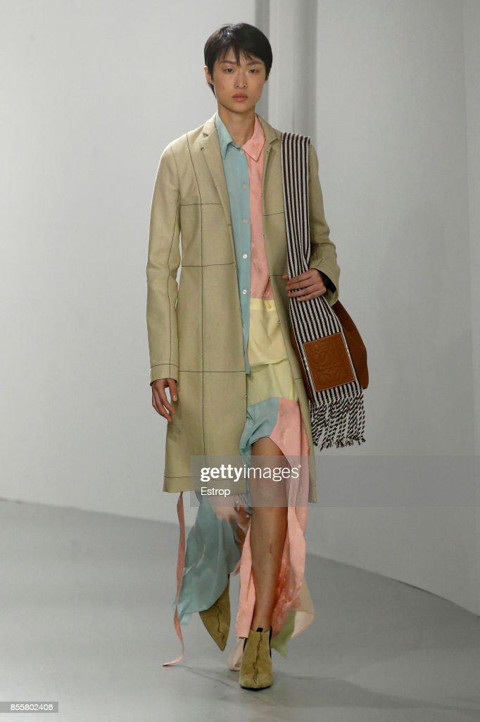 Loewe : Runway - Paris  Fashion Week Womenswear Spring/Summer 2018 : ニュース写真